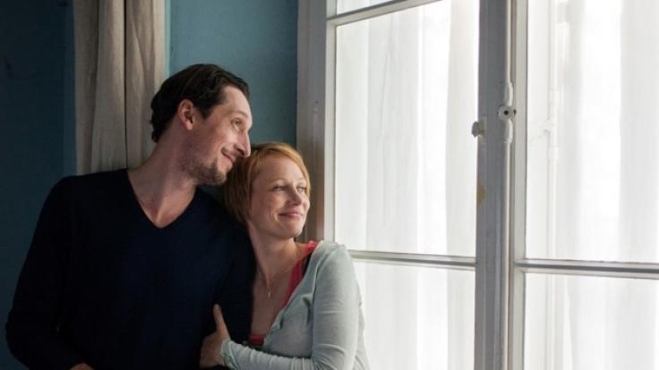 Martin (Hans Löw) und Fiona (Katharina Marie Schubert) frisch verliebt im Sommerhaus. (Foto)