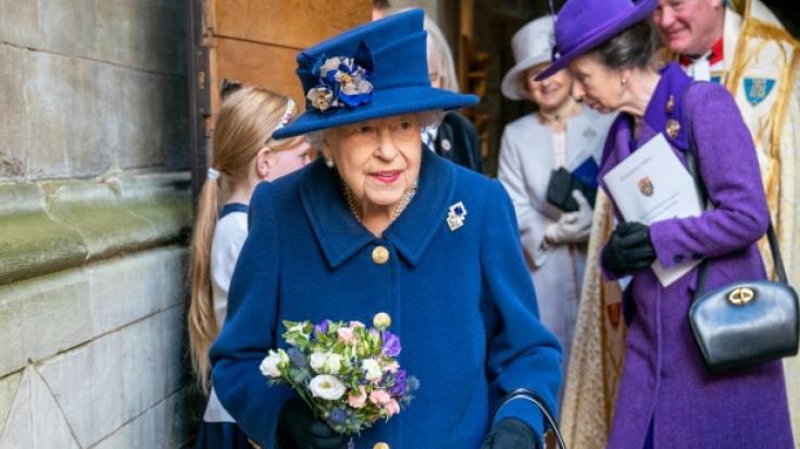 Royal-News aktuell: Zum ersten Mal seit zwanzig Jahren sah man die Queen auf einen Gehstock gestützt. Die Royal-Fans sorgen sich um die Gesundheit ihrer Königin. (Foto)