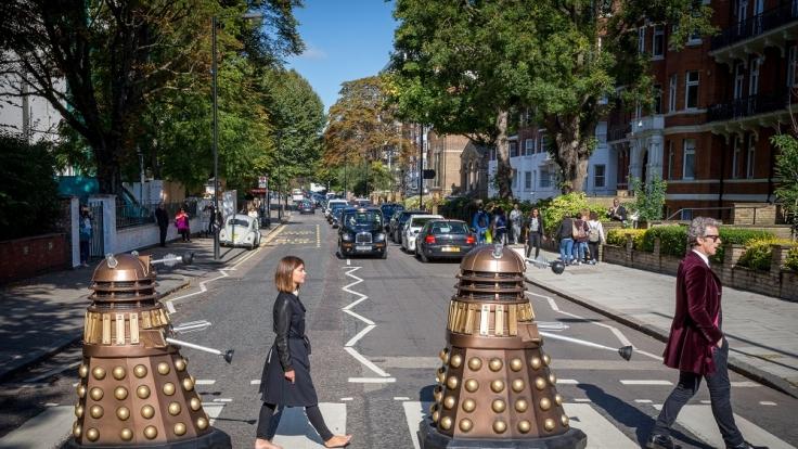 Peter Capaldi und Jenna Coleman mit ihren Erzfeinden, den Daleks. (Foto)