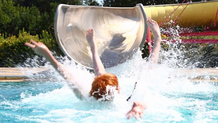 Als eine Britin eine Wasserrutsche hinabrutscht, prallt eine dicke Frau auf sie und zerquetscht sie fast. (Symbolbild) (Foto)