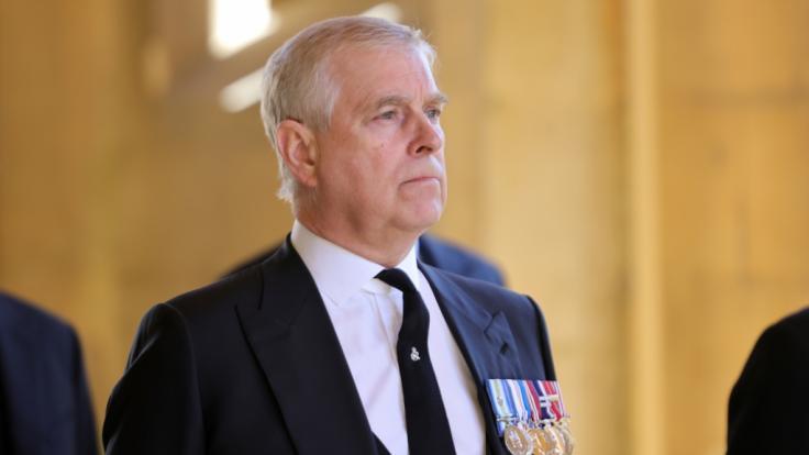 Jetzt wenden sich sogar engste Vertraute von ihm ab: Wie gefährlich ist Prinz Andrew für die britische Monarchie? (Foto)