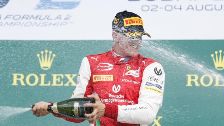 Mick Schumacher feiert seinen Formel-2-Sieg auf dem Hungaroring.