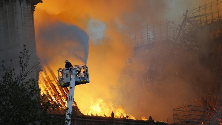 Der Kampf gegen die Flammen scheint hoffnungslos.