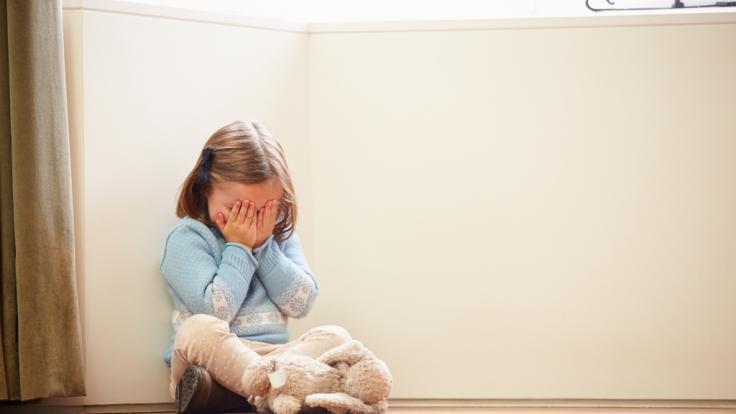 Ein 5-jähriges Mädchen ist nach einer brutalen Vergewaltigung ab der Hüfte gelähmt. (Symbolbild)