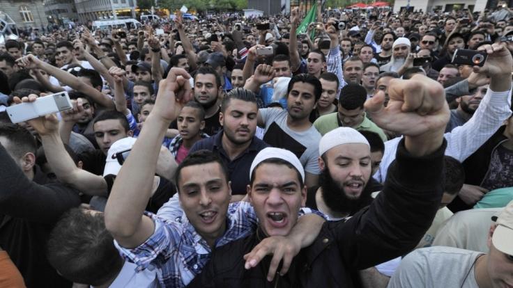 Anhänger des umstrittenen salafistischen Predigers Pierre Vogel in Frankfurt am Main (20.04.2011). (Foto)