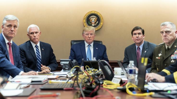 Robert O'Brien (li.), der Sicherheitsberater des US-Präsidenten Donald Trump, ist positiv auf das Coronavirus getestet worden. (Foto)