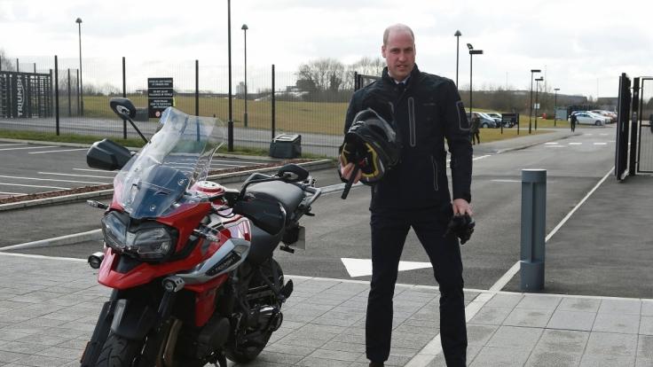 Prinz William frönte bei einer Besichtigung der Produktionshalle des Motoradherstellers Triumph Motorcycles seiner Leidenschaft für schnelle Zweiräder.