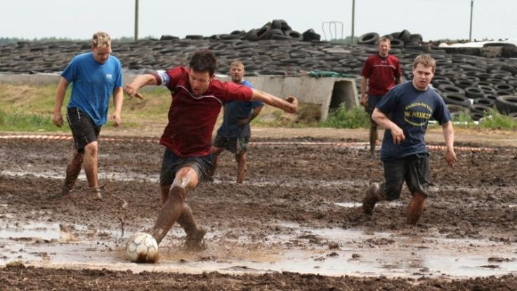Beim Matschfußball braucht man vor allem Kondition und Durchsetzungsvermögen. (Foto)