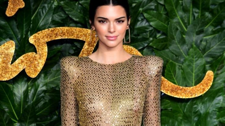 In ihrem goldenen Kleid ließ Kendall Jenner tief blicken.