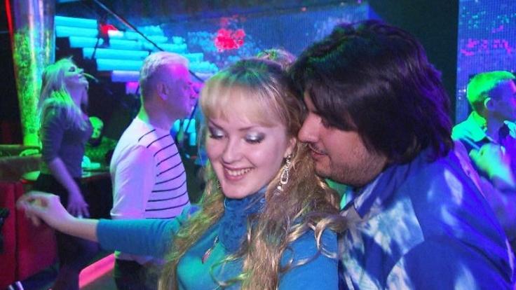 Flirtversuch in der Disco, doch Elvis kann bei dieser Blondine nicht punkten. (Foto)