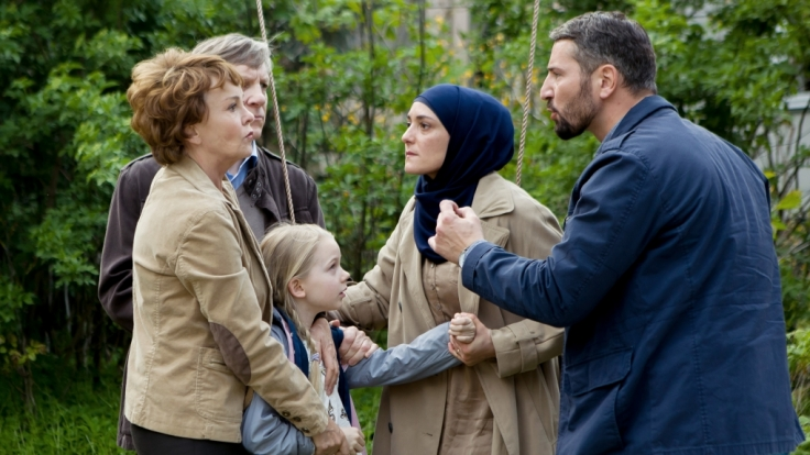 Dass die kleine Pia (Melina Harbort) in einer türkischen Familie aufwachsen soll, ist Pias Großeltern Christine und Theodor Unger (Katrin Sass und Lutz Blochberger) alles andere als recht.