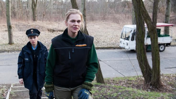Polizistin Sanela Beara (Alina Levshin, l.) begleitet die Tierparkangestellte Charlie Rubin (Anna Loos, r.) in deren Wohnung. (Foto)