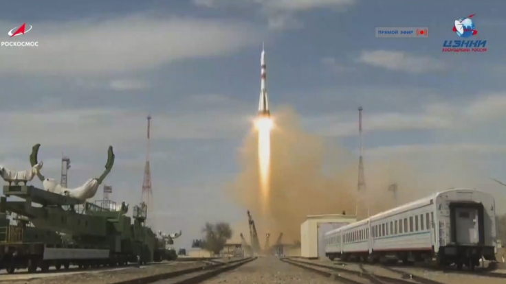 Unter beispiellosen Sicherheitsvorkehrungen wegen der Corona-Pandemie sind drei Raumfahrer pünktlich zur Internationalen Raumstation ISS gestartet.