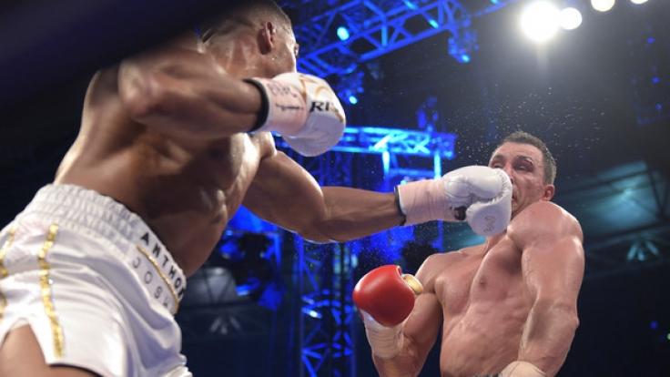 Wladimir Klitschko geht am Ende der 11. Runde mehrfach zu Boden und verliert den WM-Kampf gegen Anthony Joshua durch TKO.