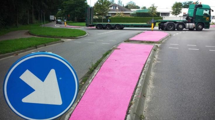 In de Niederlanden erstrahlen einige Verkehrsinseln in knalligem Pink. (Foto)