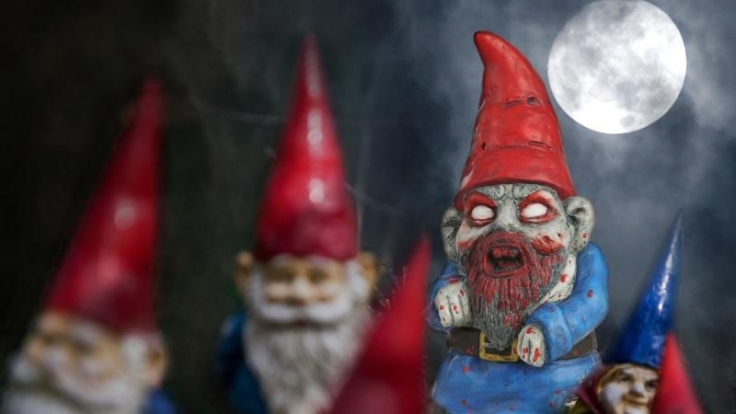 Rette sich, wer kann! Die Zombie-Gartenzwerge sind los.