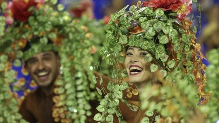 Frauen und Männer haben zu Karneval auch gern mal ein unbedeutendes Tête-à-Tête.