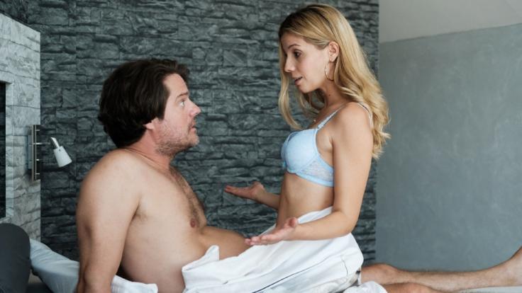 """Britta (Isabel Vollmer) landet in """"Freundinnen - Jetzt erst recht!"""" mit Stefan (Tim Olrik Stoeneberg) im Bett. (Foto)"""
