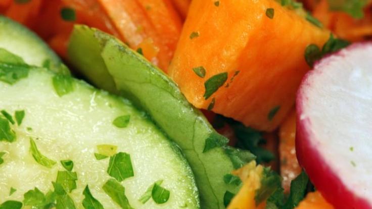 Salat gilt bei vielen als Vitaminbombe schlechthin - doch sein Ruf ist besser als die Fakten.