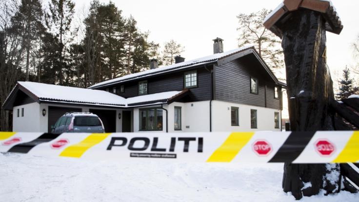Blick auf das abgesperrte Haus des norwegischen Multimillionärs Tom Hagen, dessen Frau mutmaßlich entführt wurde.