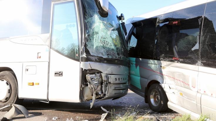 Zwei Schulbusse stehen nach einem Unfall in Göggingen (Baden-Württemberg) auf der Straße. Bei einem Zusammenstoß von zwei Schulbussen sind mehrere Kinder leicht verletzt worden. (Foto)