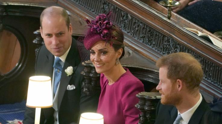 Prinz William (l-r) und seine Frau Herzogin Kate sitzen während der Trauung neben Prinz Harry. (Foto)