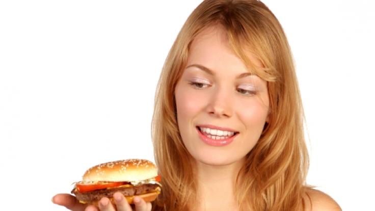 Wer das Falsche isst, altert schnell. Wer das Richtige isst, sieht  länger jung und vital aus.