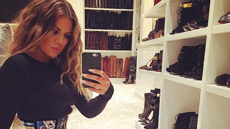 Kloe Kardashian posiert stolz in ihrem Hüftkorsett.