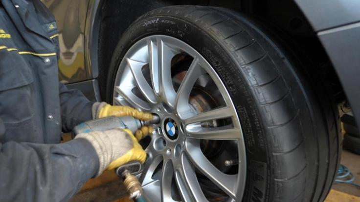 Beim Reifenwechsel ist die Drehrichtung zu beachten. (Foto)