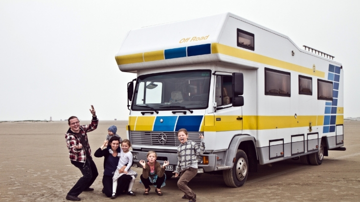 Angelo Kelly und seine Ehefrau Kira Kelly lebten mit den Kindern drei Jahre lang in einem Wohnwagen - jetzt will die Familie sesshaft werden. (Foto)