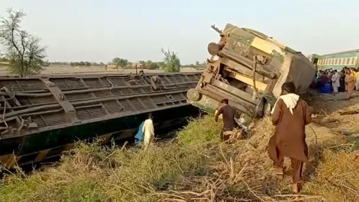 Im Süden Pakistans kollidierten zwei Züge. Zahlreiche Menschen starben (Foto)