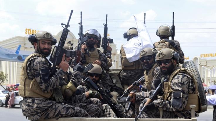 Taliban-Kämpfer bedrohen Journalisten in Kabul. (Foto)