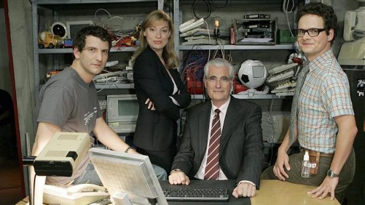 """Schauspieler Sebastian Münster (links) stand bereits mit Britta Horn, Sky du Mont und Stefan Puntigam für die Sat.1-Produktion """"Das iTeam – Die Jungs an der Maus"""" vor der Kamera. (Foto)"""