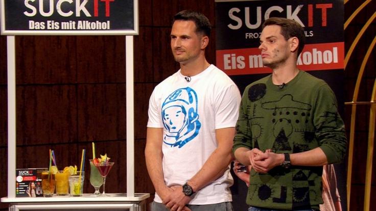 """Elvir Omerbegovic (l.) und Max Scharpenack wollen die Investoren bei """"Die Höhle der Löwen"""" von ihrem Wassereis mit Schuss namens SuckIt überzeugen. (Foto)"""