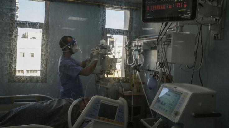 Erneut meldeten die Gesundheitsämter fast 500 Tote im Zusammenhang mit dem Coronavirus. (Foto)