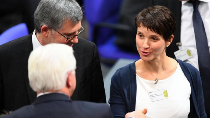 Frauke Petry gratuliert am 12. Februar während der Bundesversammlung im Reichstagsgebäude in Berlin Frank-Walter Steinmeier zu seiner Wahl als Bundespräsident.