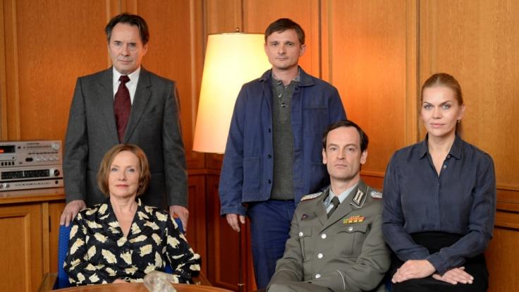 Weissensee-Cast: Uwe Kokisch als Hans Kupfer (h.l.), Florian Lukas als Martin Kupfer (h.r.), Ruth Reinecke als Marlene Kupfer (v. r.), Jörg Hartmann als Falk Kupfer (m.) und Anna Loos als Vera Kupfer.
