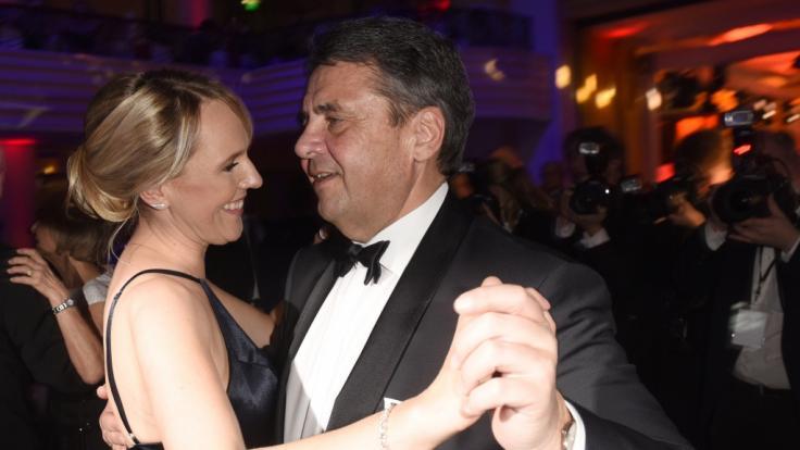 Der damalige Bundesaußenminister Sigmar Gabriel (SPD) und seine Frau Anke Stadler tanzen am 20.01.2018 beim 45. Deutschen Filmball im Bayerischen Hof in München (Bayern). (Foto)