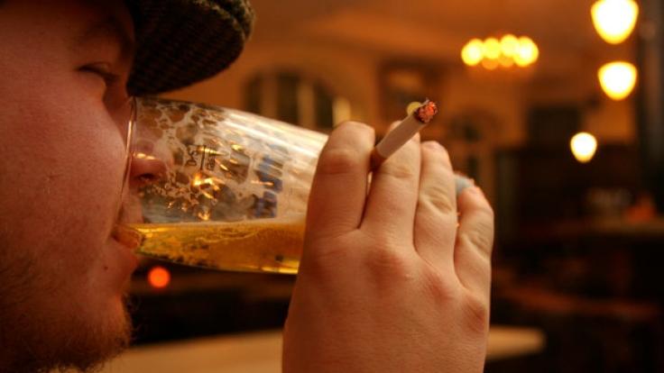 Mit dem Alkohol steigt die Lust nach einer Zigarette. (Symbolbild) (Foto)