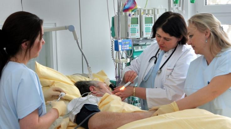 Wer nach den ersten Vorboten sich auf einer neurologischen Station behandeln lässt, kann einen Schlaganfall verhindern.