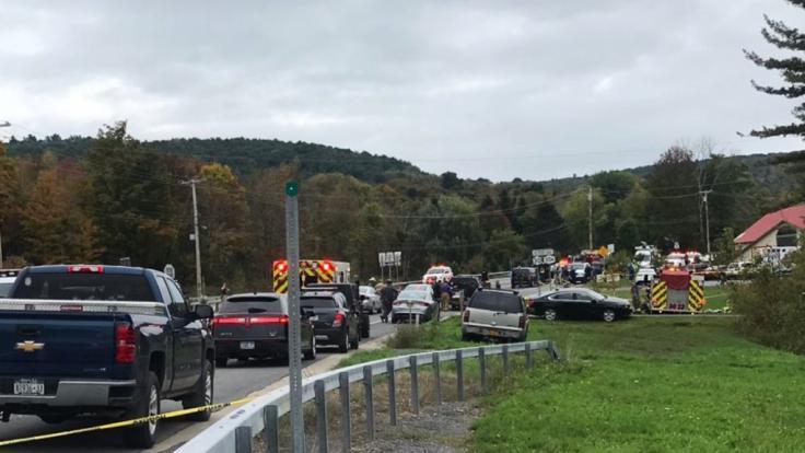 Rettungskräfte kommen zum Unfallort bei Schoharie im US-Bundesstaat New York. Hier sind nach Polizeiangaben 20 Menschen ums Leben gekommen.