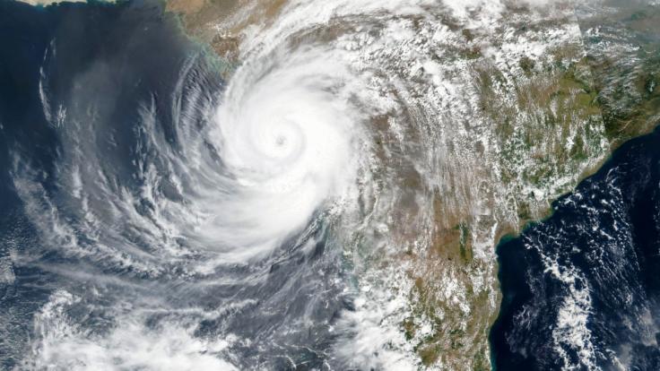 Der mächtige Zyklon, der im Arabischen Meer entstanden ist, traf am Montag auf die Westküste Indiens. (Foto)
