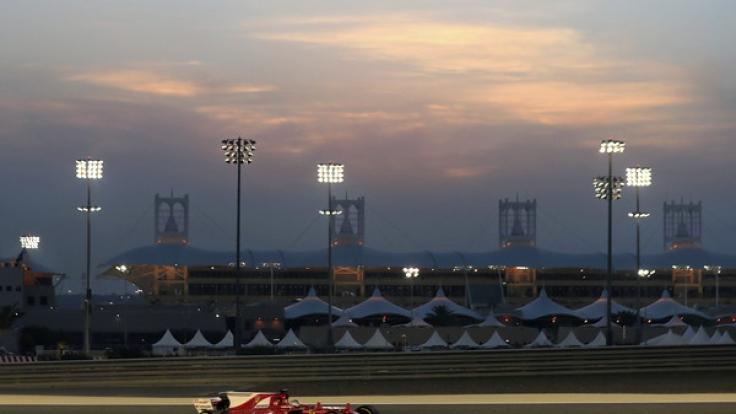 Sebastian Vettel vom Team Scuderia Ferrari mit seinem Rennwagen beim Freien Training am 14. April in as-Sachir. Der Große Preis von Bahrain findet am 16. April 2017 statt.