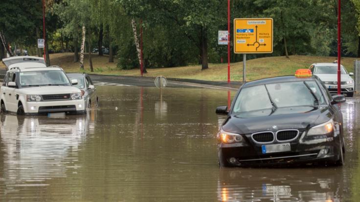 Die Regenmassen hatten in Hessen ganze Straßenzüge überflutetet, Gebäude standen im Keller ebenfalls unter Wasser. (Foto)