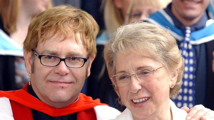 Sir Elton John und seine Mutter Sheila Farebrother. (Foto)