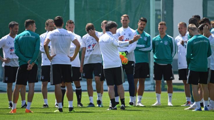 Trainer Jogi Löw spricht mit seinen Spielern. Vor allem Teamgeist ist wichtig bei der WM.