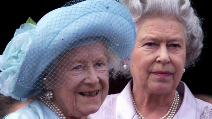 Queen Elizabeths Mutter Elizabeth Bowes-Lyon, auch bekannt als Queen Mum, starb im März 2002.
