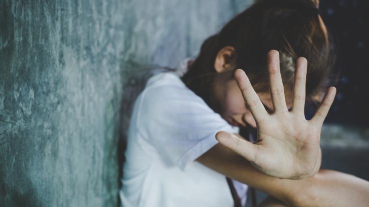 Wegen sexuellen Missbrauchs seiner Stieftochter muss ein Mann aus England 20 jahre ins Gefängnis (Symbolbild).