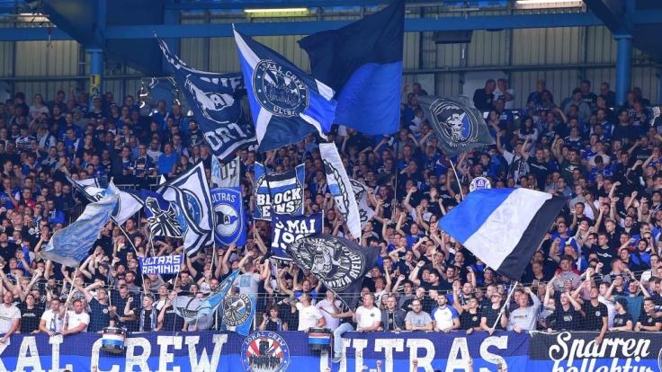 Fans von Arminia Bielefeld zeigen ihrem Verein vollen Einsatz. (Symbolbild)