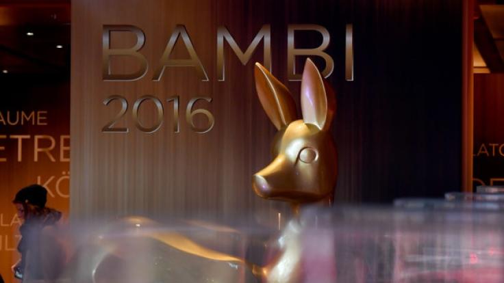 Ein riesiger Bambi begrüßt die Gäste im Berliner Stage Theater. (Foto)